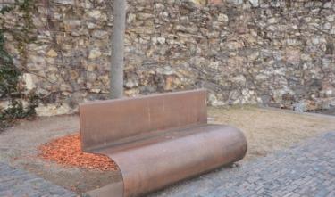 Posedět tu můžete na moderních lavičkách