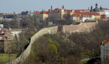 Jediný gotický úsek hradeb, který se dochoval, je ten od Karlova k Botiči